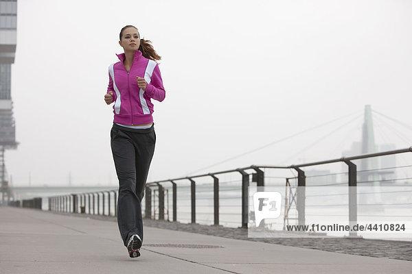 Junge Frau  die joggt.