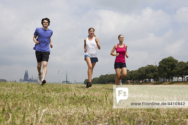 Junge Männer und Frauen beim Joggen.