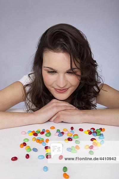 Junge Frau beim Anblick von Süßigkeiten  lächelnd