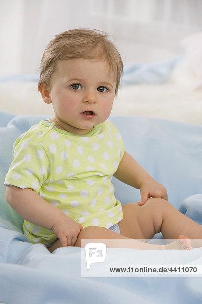 Porträt eines (6-11 Monate) kleinen Mädchens  Nahaufnahme