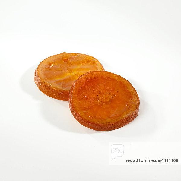 Kandierte Orangenscheiben auf weißem Hintergrund