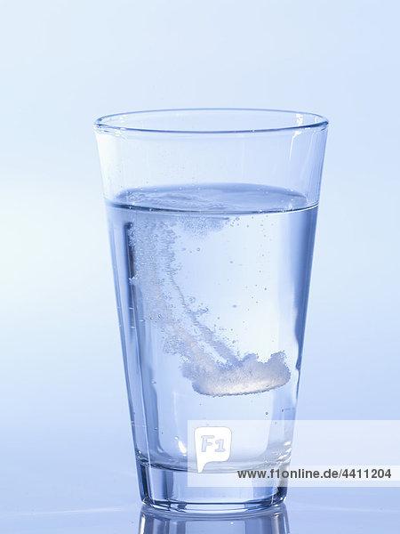 Brausetablette im Wasserglas  Nahaufnahme