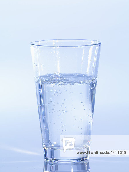 Sprudelndes Glas Wasser  Nahaufnahme