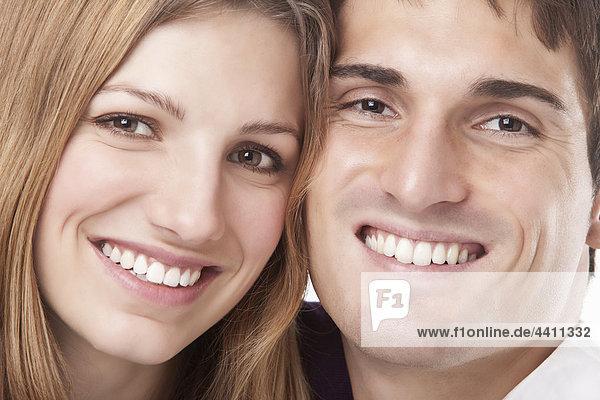 Junges Paar lächelnd  Portrait  Nahaufnahme