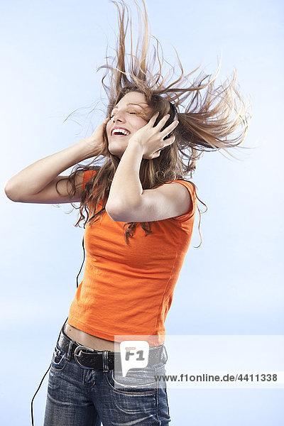 Junge Frau mit Kopfhörer  lächelnd
