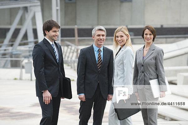 Deutschland  Hamburg  Geschäftsleute stehen zusammen  lächeln