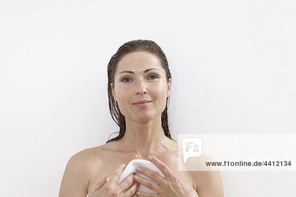 Deutschland  Frau im Bad mit Handtuch  lächelnd