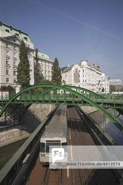 Österreich  Wien  Donaukanal  U-Bahn unter der Brücke mit Stadt im Hintergrund