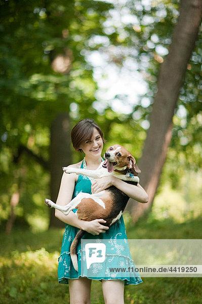 Frau mit ihrem Haustier Beagle