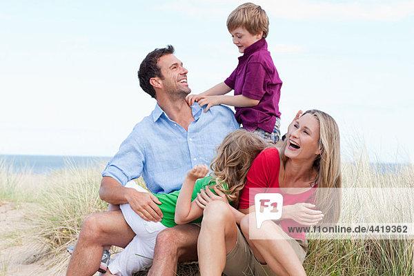 Familie mit Spaß an der Küste