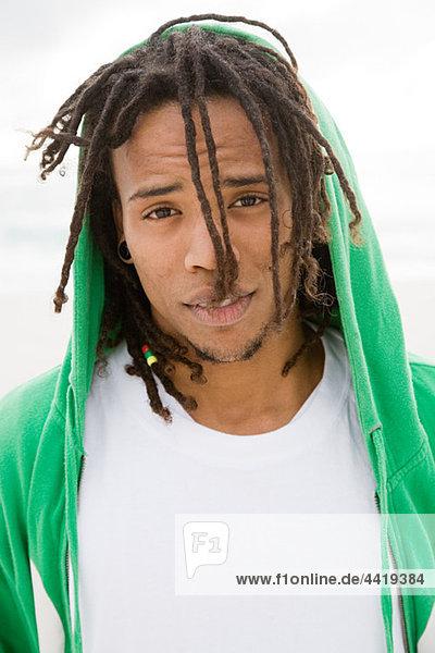 Junger Mann mit hooded GRÜNKEIL  Portrait