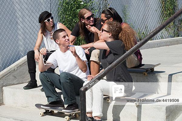 Skateboarder  die auf einer Treppe rumhängen.