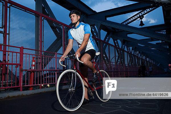 Reiten auf Brücke Radrennfahrer