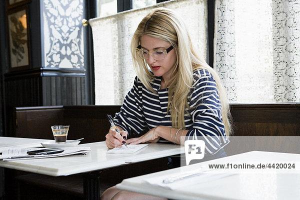 Frau schreiben im Coffee-shop