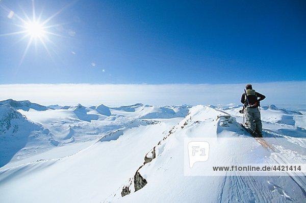 Rückansicht des Mannes über Berg Skifahren