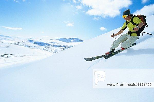 Skifahren in Berglandschaft Mann