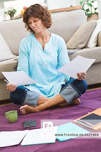 Unsicher Frau Sitzen Auf Boden Mit Rechnungen