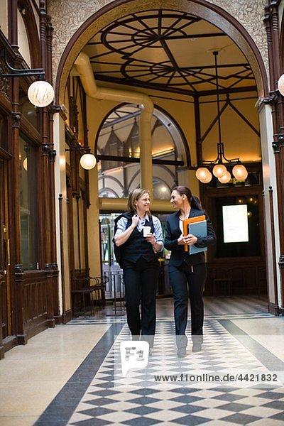 Paar von Geschäftsfrauen Wandern im Korridor