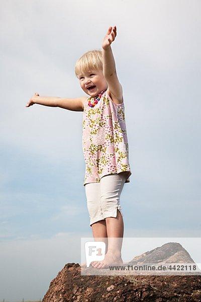 Mädchen Stand auf rock