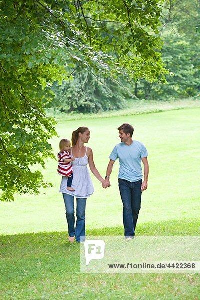 Mitte adult paar gehend durch den Park  die Tochter