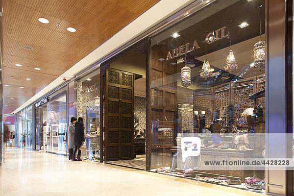 Adela Gil-Schaufenster im Zielo Shopping Center  Madrid.