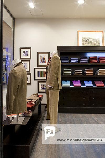 Innere der elegante Herren Bekleidung Shop.