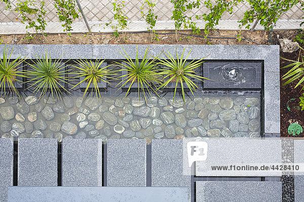 Dach Wohnhaus klein Weg Garten Ansicht Seitenansicht Granit japanisch Teich