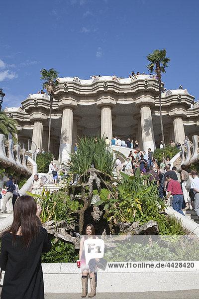 Touristen an den Eingang des Parc Güell  Barcelona  Spanien.