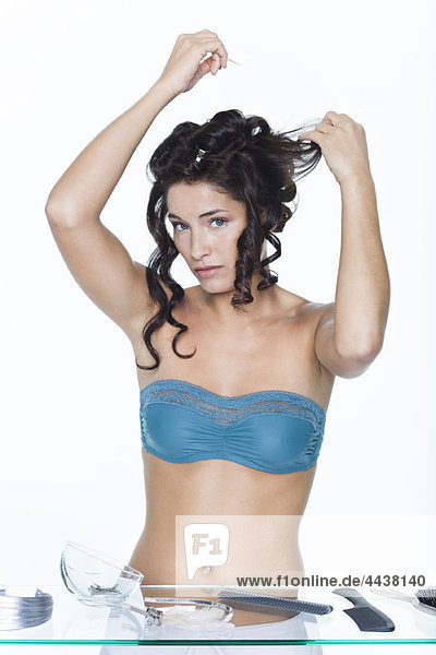 Junge Frau fixiert Haarspangen Junge Frau fixiert Haarspangen