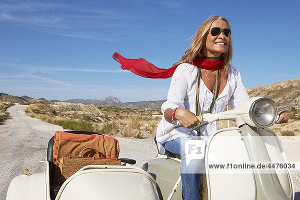 Frau beim Motorradfahren