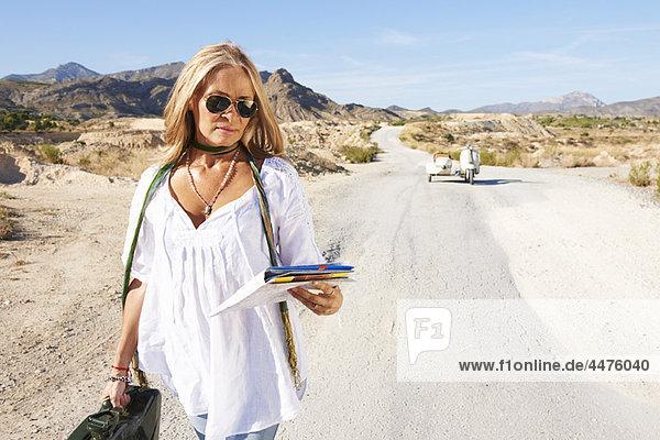 Frau  gehen  Reise  Motorrad