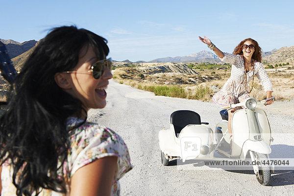 Frauen mit Motorrad und Beiwagen