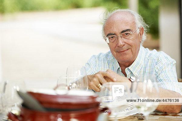 Großvater am Esstisch