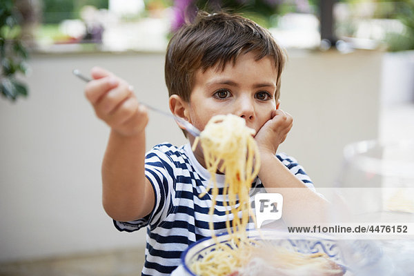 Kleiner Junge beim Spaghettiessen