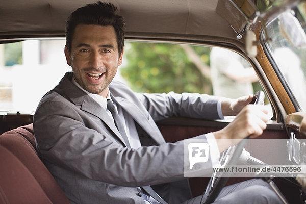 Bräutigam im Auto