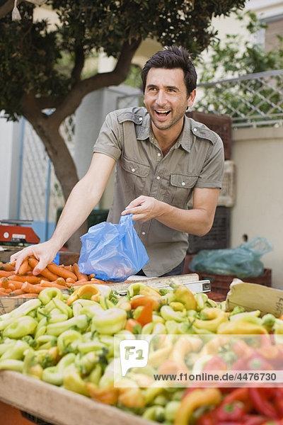 Mann  Gemüse  verkaufen