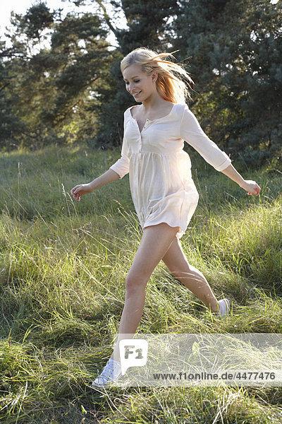 Frauen in weißem Kleid in der Natur laufend