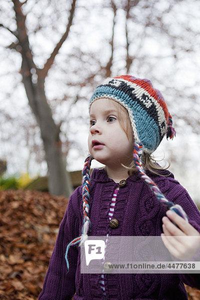 Mädchen in lila Strickpullover