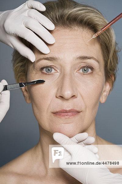 Frau denkt über plastische Chirurgie nach  Nahaufnahme
