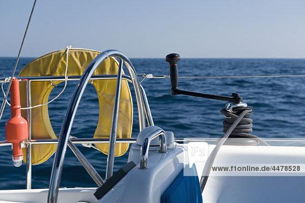Seitenansicht am Steuer einer Yacht