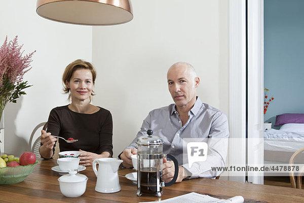 Ein reifes Paar beim gemeinsamen Frühstück