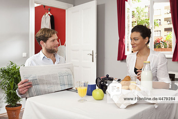 Ein junges Paar beim Frühstück