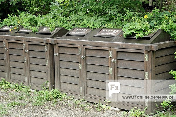 Keraku-en gardens Tokyo Rubbish containers