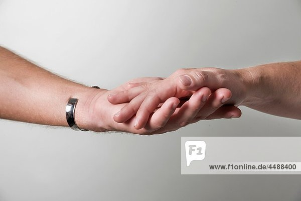 Close-up of a young couple´s hands