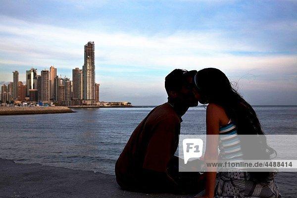 Couple kissing each other at Punta Paitilla  Panamá