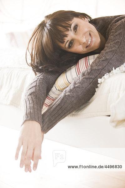 Frau im Bett entspannenden
