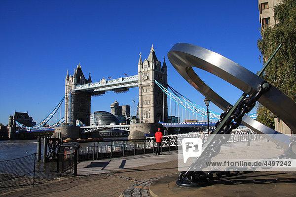 Großbritannien  England  UK  Großbritannien  London  Reisen  Tourismus  Tower Bridge  Landmark  Brücke  Thames  Fluss  Flow  Solaruhr