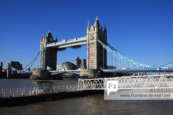 Großbritannien  England  UK  Großbritannien  London  Reisen  Tourismus  Tower Bridge  Landmark  Brücke  Thames  Fluss  Flow