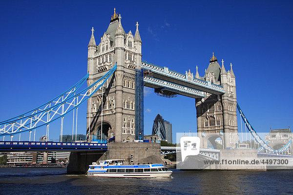 Großbritannien  England  UK  Großbritannien  London  Reisen  Tourismus  Brücke  Landmark  Tower Bridge  Thames  Fluss  Flow  Boot