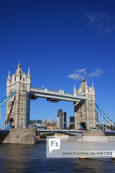 Großbritannien  England  UK  Großbritannien  London  Reisen  Tourismus  Brücke  Landmark  Tower Bridge  Thames  Fluss  Flow